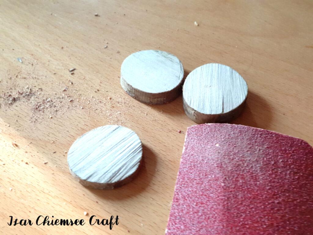 Holzscheiben schleifen